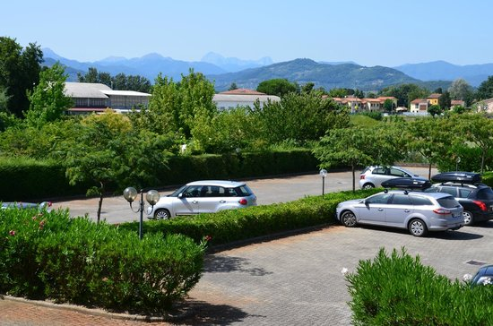 BEST WESTERN Grand Hotel Guinigi: Car park & mountains from room