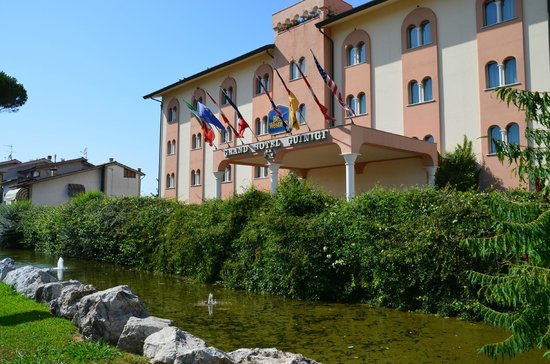 BEST WESTERN Grand Hotel Guinigi: Front of hotel from the East
