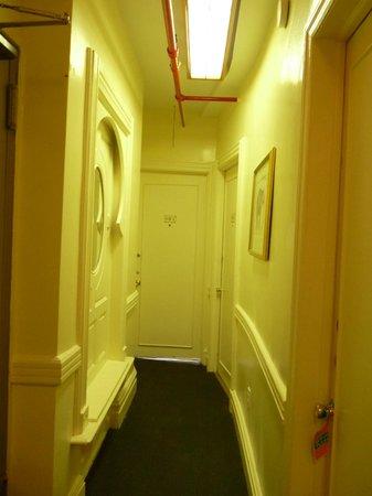 Larchmont Hotel: vue du corridor menant à ma chambre.