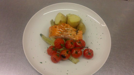 Ben Macduis Inn: Salmon fillet roasted with fennel and cherry tomatoes
