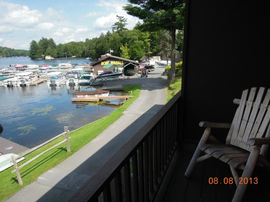 Pine Knoll Lodge & Cabins Inc: Afternoon view from balcony of Old Forge Pond looking toward marina.