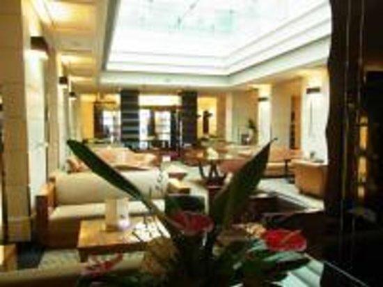 Grand Hotel Via Veneto: ホテルのロビー、天井に水が流れ涼感たっぷり!