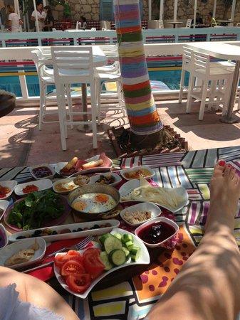 Curcuna Otel: Havuz kenarında kahvaltı çok keyifli.