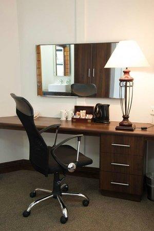 Splendid Inn Pinetown: Hotel Suite desk