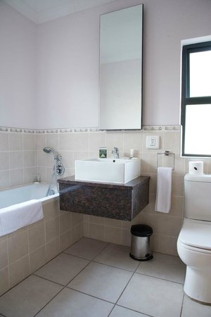 Premier Hotel Pinetown: En suite Bathroom