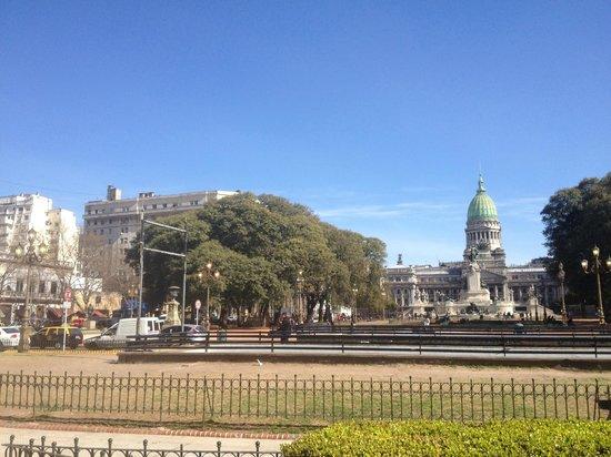 Sevilla Home Hotel: vista del hotel desde la plaza del congreso nacional