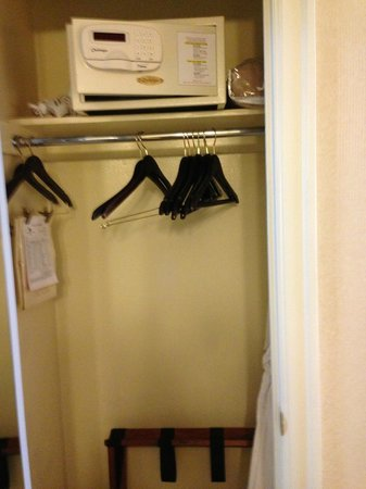 Mayflower Park Hotel: Closet with safe and robes