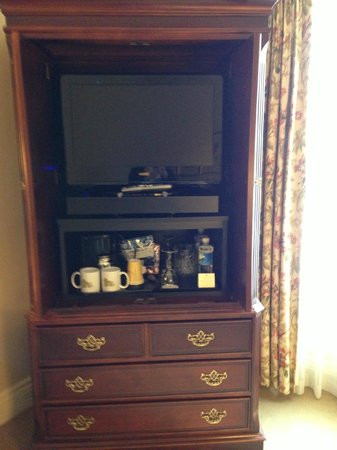 Mayflower Park Hotel: tv and coffee
