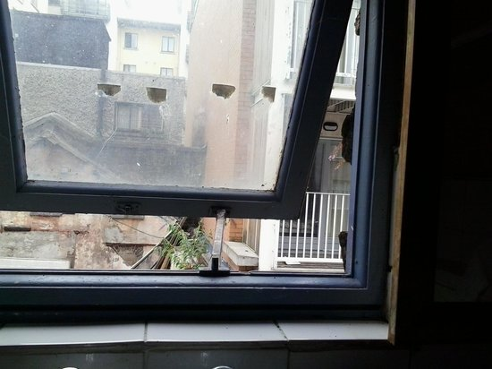 Backpackers D1 Hostel Dublin: no curtain on shower room , looked out to somebodys bedroom