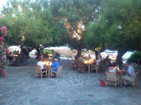 Le Rocher: Déjeuner sous les tamaris, au bord de la plage, vue sur la baie de Calvi