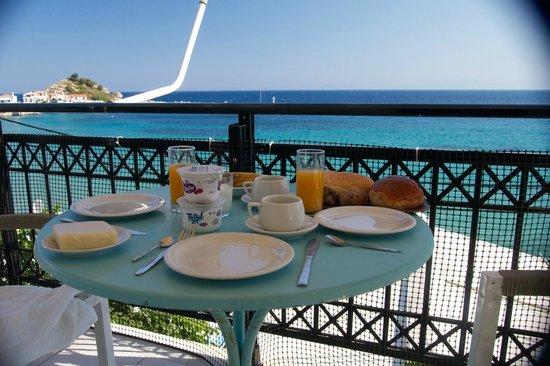 Poseidon Hotel Kokkari Samos Greece: Petit déjeuner du balcon du studio du 3ième
