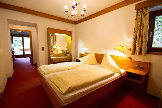 Hotel Garni Sonnblick: Halbapartement mit Wohn- und Schlafraum getrennt
