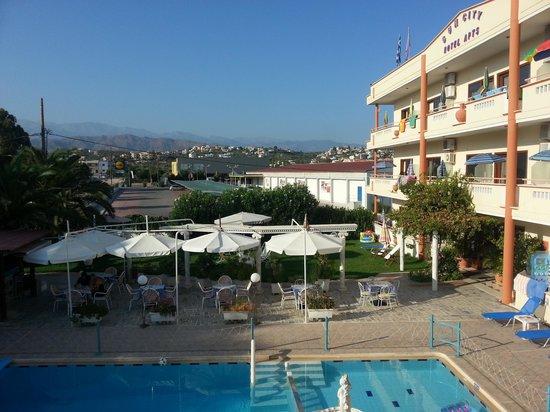 SunCity Hotel Studios: View across the pool area