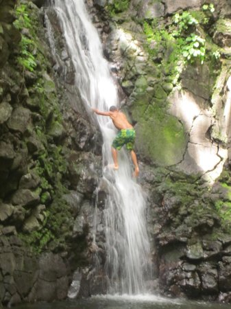 Reserva Natural Miraflor : Our Guide Climbing the Waterfall