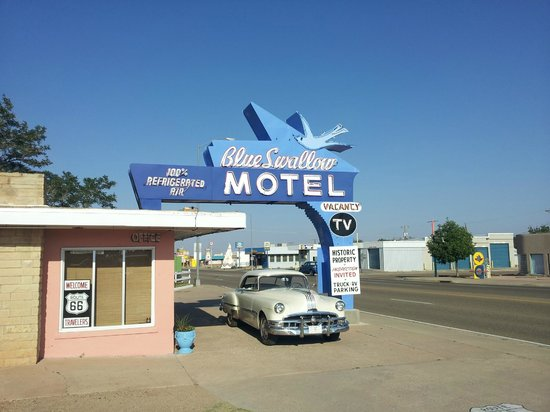 Blue Swallow Motel: The front of the motel. Gorgeous.