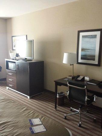 BEST WESTERN PLUS North Odessa Inn & Suites : TV/Desk area