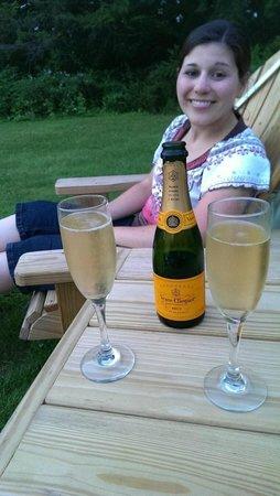 Brass Lantern Inn: Honeymoon toast on lawn!
