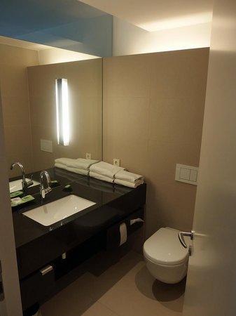 Penz Hotel West: Very modern bathroom