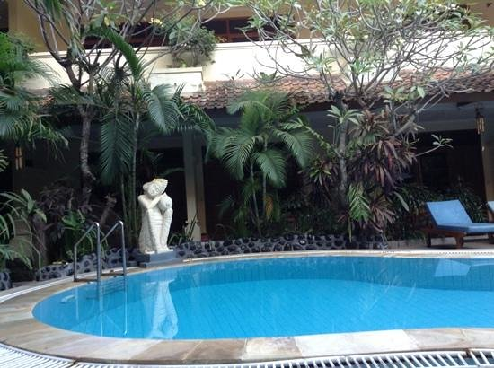 Secret Garden Inn: pool side