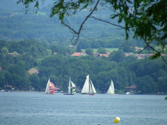Hôtel-Restaurant de la Plage : Régate sur le lac vue depuis la terrasse