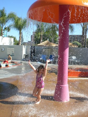 Howard Johnson Anaheim Hotel and Water Playground: Mushroom sprinkler
