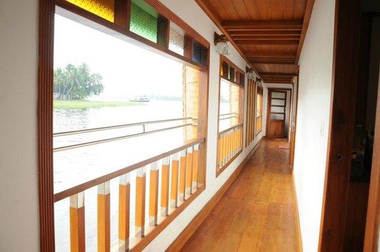 Sarangi House Boats Alappuzha: sarangi open corridor