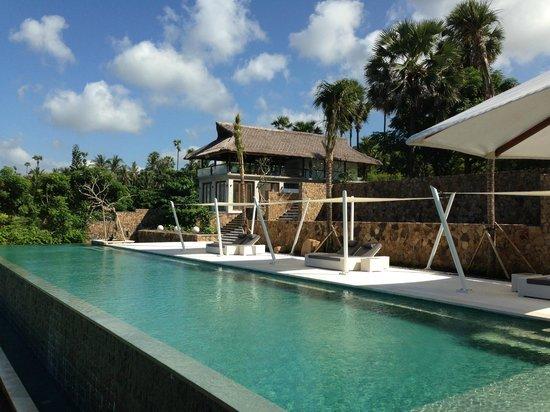 Shunyata Villas Bali : Looking on at the main pool and the dining villa beyond