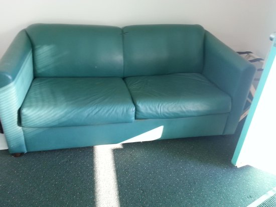 Sea Scape Inn: Gross couch