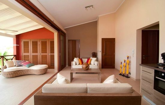 La Maya Beach Luxury Apartments: Lounge sofa and cozy dining corner for up to 4 people