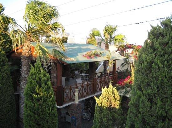 Polydefkis Apartments: Spiseplads tilhørende poolbaren, set fra altanen