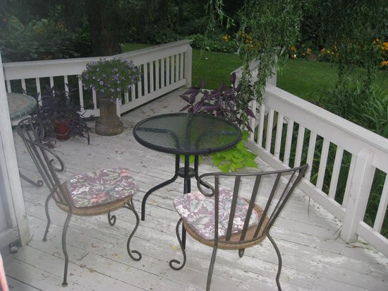 Applewood Hollow Bed and Breakfast: The backyard deck