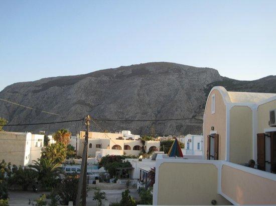 Polydefkis Apartments: Kig mod bjerget fra altanen