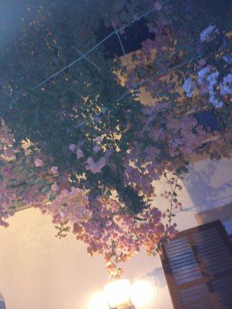 Cafeteria Vistasol: Overhanging floral display in the outdoor terrace area