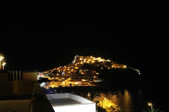 Hotel Pedraladda : panorama di Castelsardo di notte dalla camer