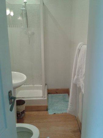 Marine Hotel: Cramped bathroom