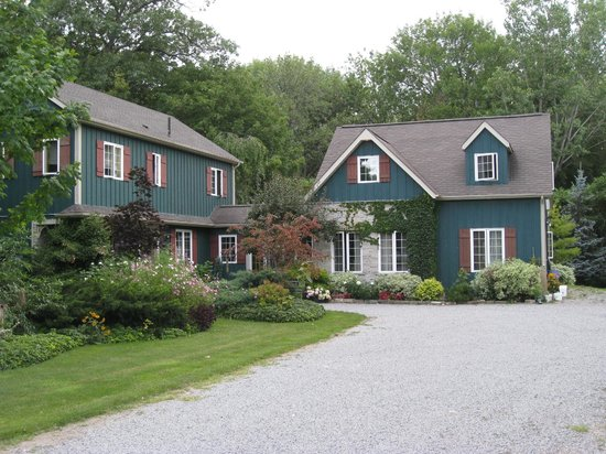 Applewood Hollow Bed and Breakfast : Guests stay in the building on the right