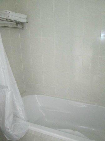 An An Hotel: バスタブがあります。シャワーは日本製でお湯もしっかり出ます。
