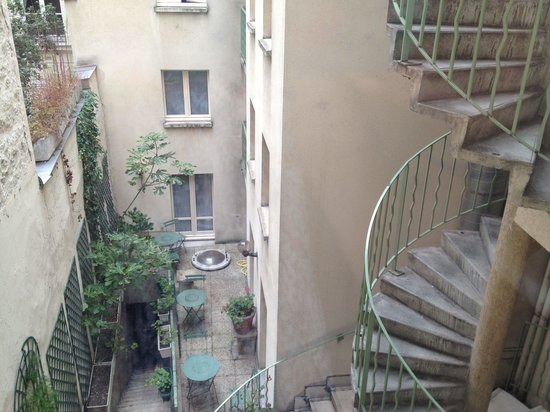 Hotel Albe Bastille: View of the little courtyard from our room!
