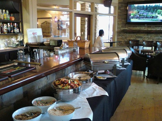 The Plaza Hotel: Breakfast Buffet in Dining Room/Lounge