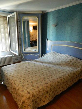 Sibour Hotel: Номер площадью чуть больше 10 квадратов. В углу шкаф