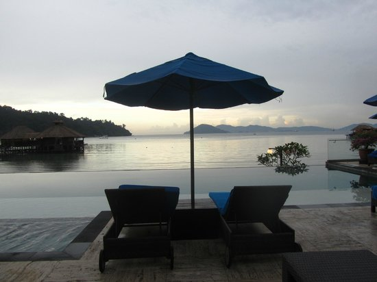 Gayana Eco Resort: Infinity pool looking out to the bay