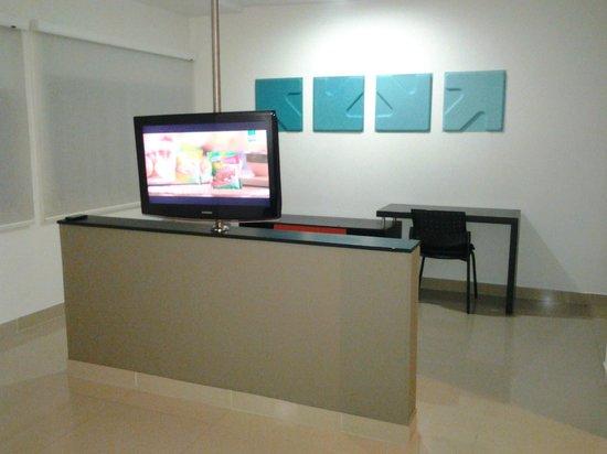 Atlantis Suites: Televisor y escritorio