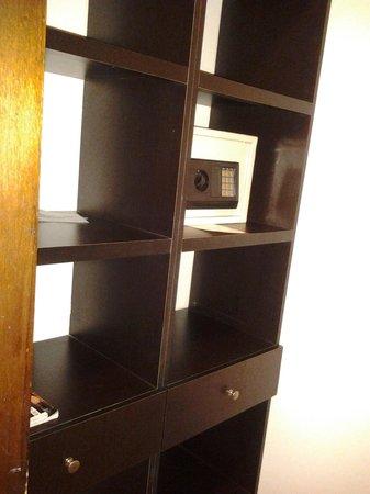 Atlantis Suites: Vestier/Closet y caja de seguridad