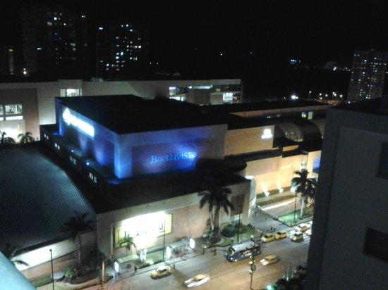 Atlantis Suites : Vista del Centro Comercial Buena Vista en la noche