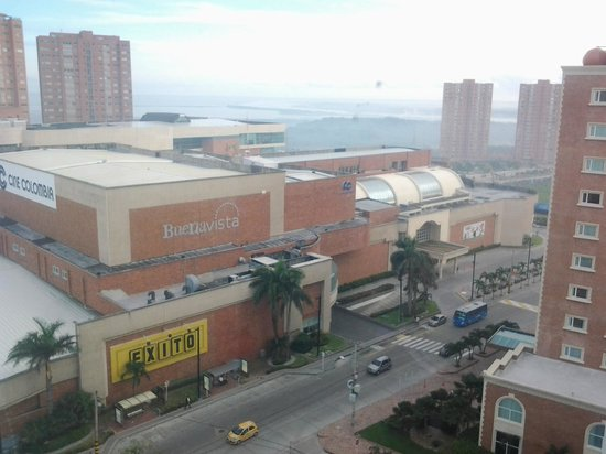 Atlantis Suites: A media cuadra el centro comercial Buena Vista, muy bonito y grande.