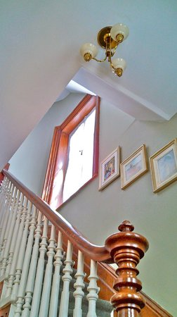 B&B Au Croissant de Lune: Up the main staircase to the rooms