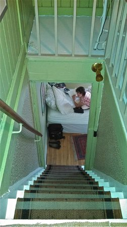 B&B Au Croissant de Lune: Looking down to the lower bed in the Green Room