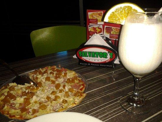Salvator's Pizza : Pizza personal hawaiana pollo y limonada de coco