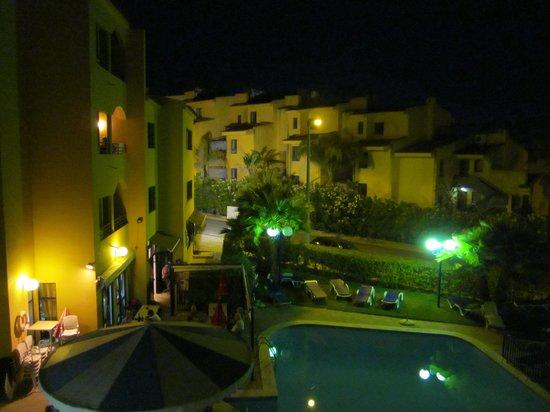 Rio Apartments : pool night