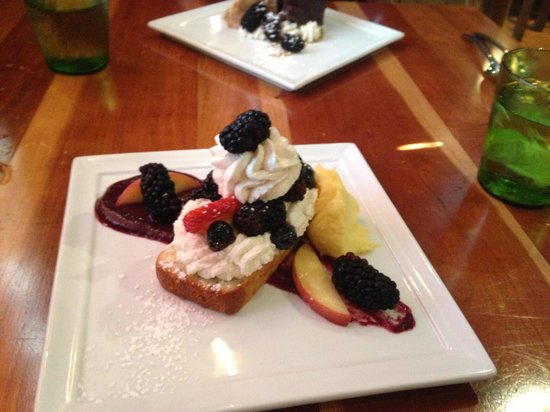 Frogs Leap Public House : Poundcake with lemon curd, whipped cream, and fresh black berries